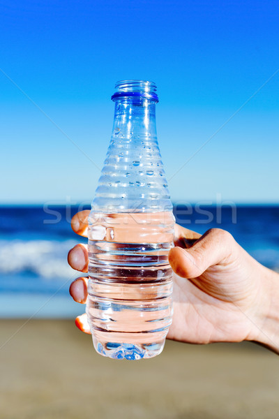 Homem garrafa de água mão moço mar Foto stock © nito