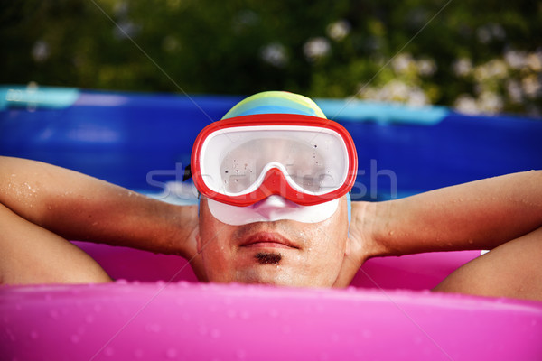 Homem relaxante portátil piscina jovem Foto stock © nito