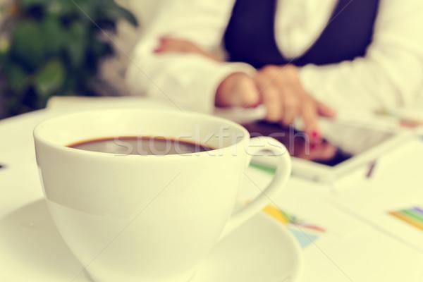 Stock fotó: üzletasszony · táblagép · közelkép · csésze · kávé · asztal