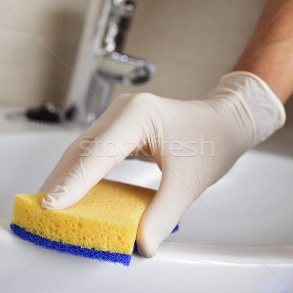 Jonge man schoonmaken wastafel badkamer vezel Stockfoto © nito
