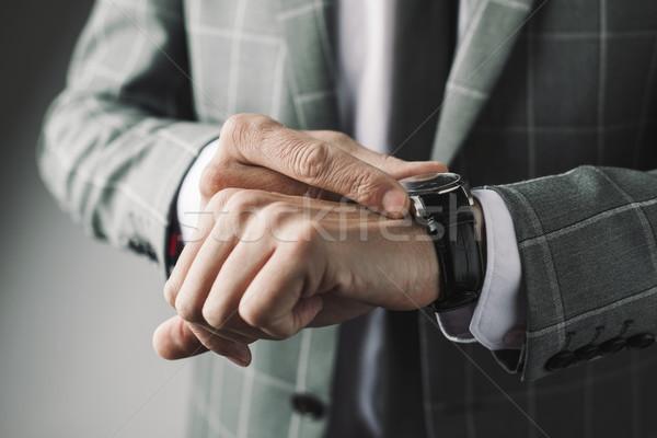 Geschäftsmann Armbanduhr jungen tragen eleganten Stock foto © nito
