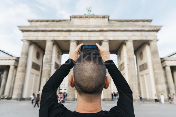 Fiatalember elvesz kép Brandenburgi kapu közelkép fiatal Stock fotó © nito