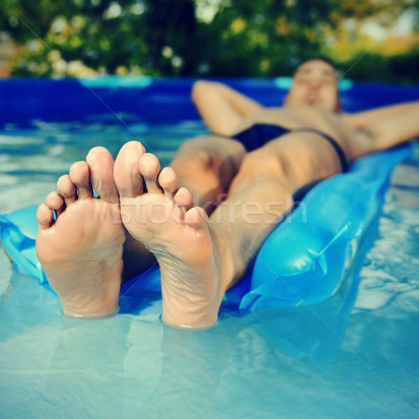 Mann entspannenden portable Schwimmbad jungen Stock foto © nito