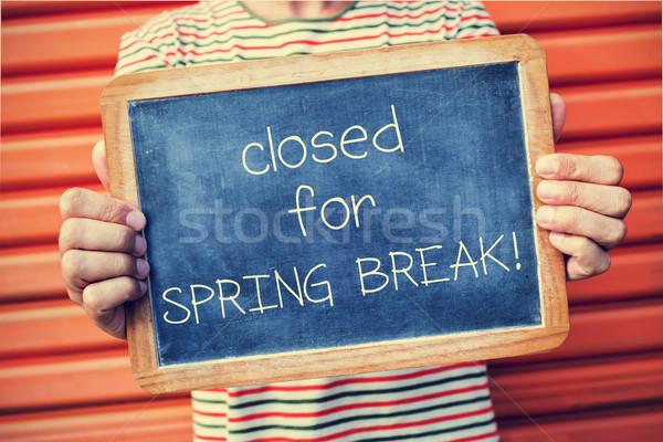 Férfi tábla szöveg zárva tavaszi szünet közelkép Stock fotó © nito
