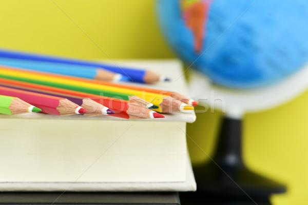 Farbują kredki książek świecie Zdjęcia stock © nito