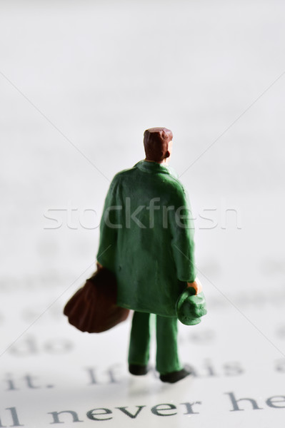 Miniatuur reiziger man ebook lezer achter Stockfoto © nito