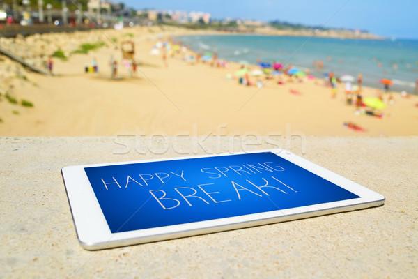 Tabletta szöveg boldog tavaszi szünet tengerpart közelkép Stock fotó © nito