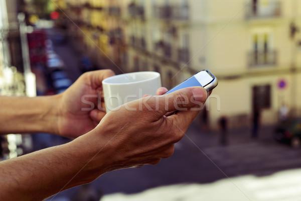Jonge man smartphone balkon jonge kaukasisch Stockfoto © nito