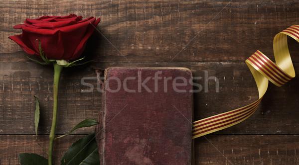 Czerwona róża banderą starej książki rustykalny drewniany stół nazwa Zdjęcia stock © nito