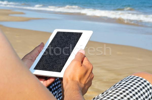 Czytania ebook plaży człowiek komputera słońce Zdjęcia stock © nito