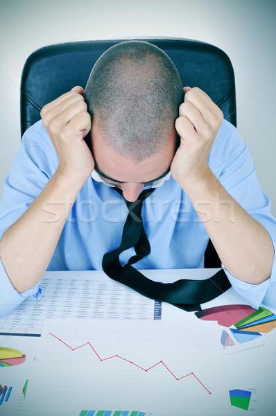 Empresário traçar tendência jovem caucasiano mesa de escritório Foto stock © nito