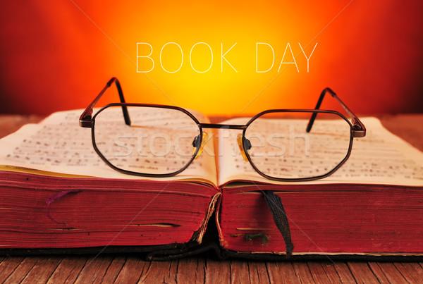 Foto stock: óculos · velho · livro · texto · livro · dia · par