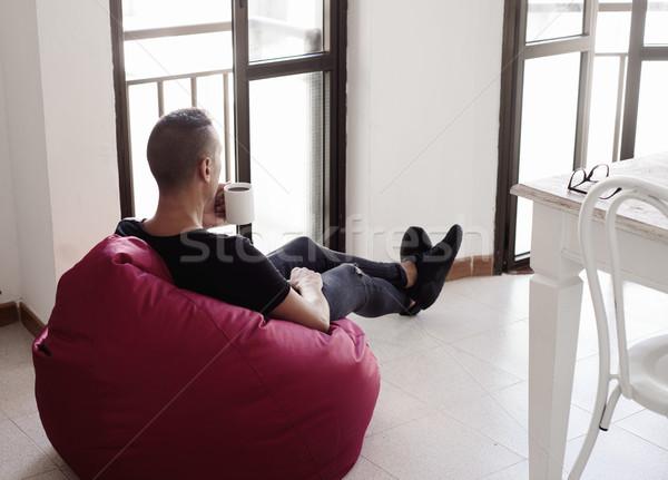 Homem café sessão saco de feijão cadeira jovem Foto stock © nito