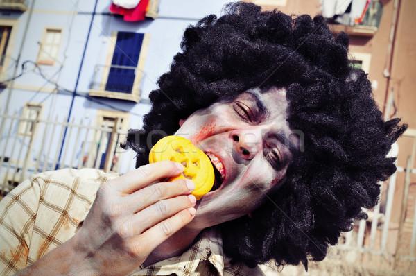 Assustador zumbi alimentação bolinhos africano Foto stock © nito