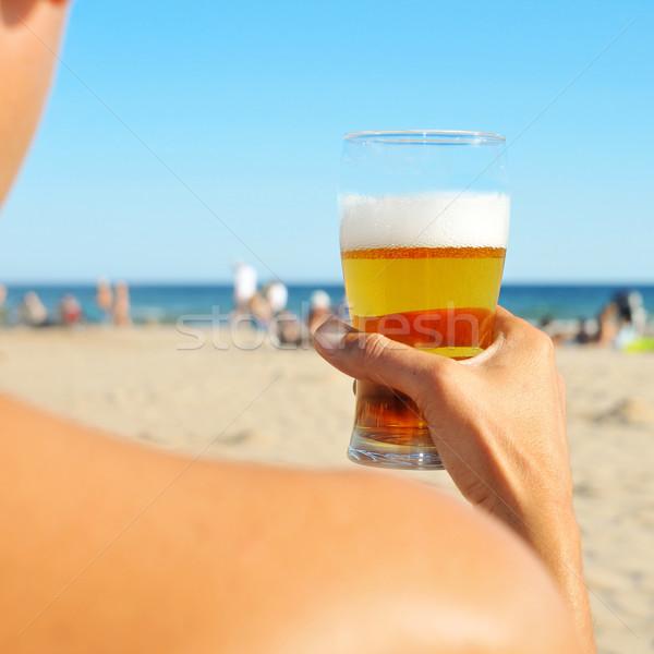 Fiatalember frissítő sör tengerpart üveg pihen Stock fotó © nito