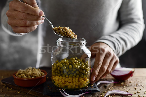 Foto stock: Homem · pedreiro · jarra · salada · jovem