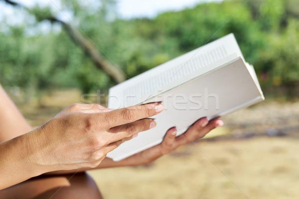 Mulher jovem leitura livro ao ar livre jovem Foto stock © nito