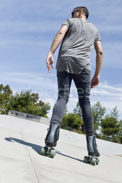 Fiatalember korcsolyázás fiatal kaukázusi férfi visszafelé Stock fotó © nito