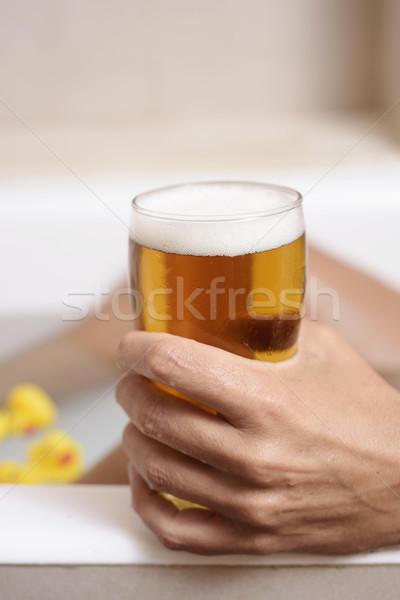 Uomo rilassante vasca da bagno birra primo piano giovani Foto d'archivio © nito