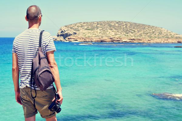 Férfi néz tenger sziget fiatal kaukázusi Stock fotó © nito