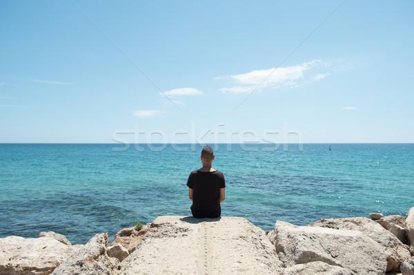 Férfi ül tenger fiatal kaukázusi visel Stock fotó © nito