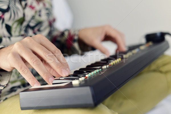 Joven jugando electrónico teclado primer plano jóvenes Foto stock © nito