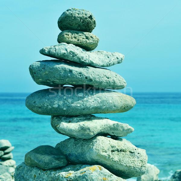 Boglya kiegyensúlyozott kövek szigetek Spanyolország kép Stock fotó © nito
