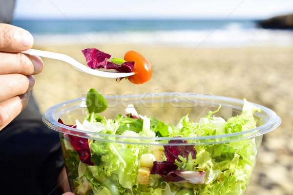 Giovane mangiare preparato insalata esterna primo piano Foto d'archivio © nito