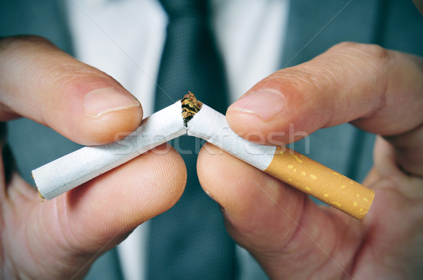Durdurmak sigara içme adam takım elbise sigara Stok fotoğraf © nito