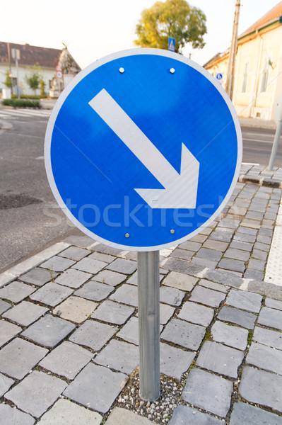 Foto senalización de la carretera dirección coche Foto stock © Nneirda