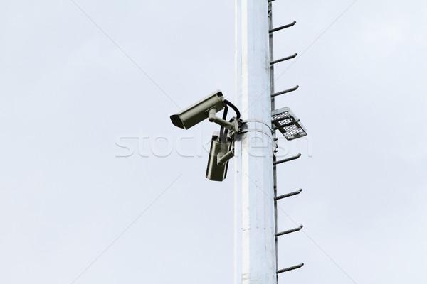 Biztonsági kamera oszlop épület fém biztonság fehér Stock fotó © Nneirda