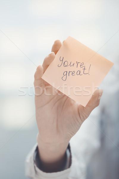 Nagyszerű nő tart öntapadó jegyzet szöveg üzlet Stock fotó © Novic