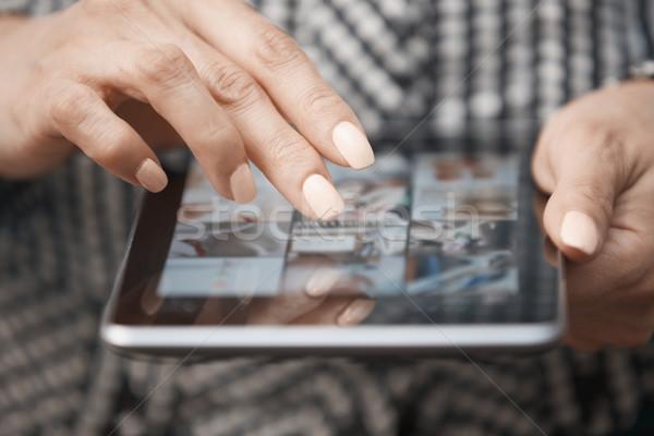 Vrouw handen digitale tablet computer Stockfoto © Novic