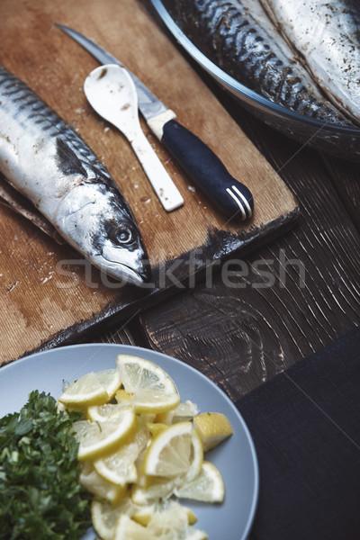 Poissons préparation d'aliments herbes légumes table en bois plaque Photo stock © Novic