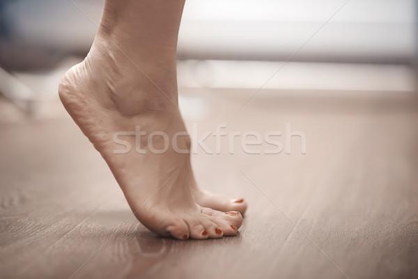 Mulher pé em pé na ponta dos pés casa vermelho Foto stock © Novic