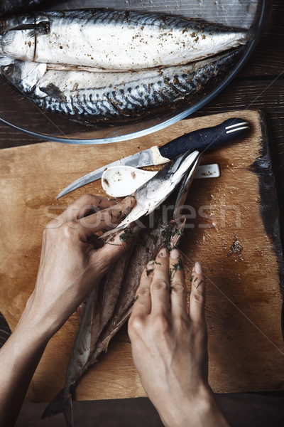 Femme maquereau poissons table nettoyage Cook Photo stock © Novic