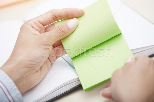 Zielone przyczepny Uwaga ręce karteczkę Zdjęcia stock © Novic