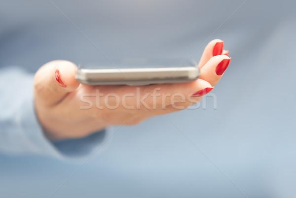 Femme smartphone rouge manucure horizontal photo Photo stock © Novic