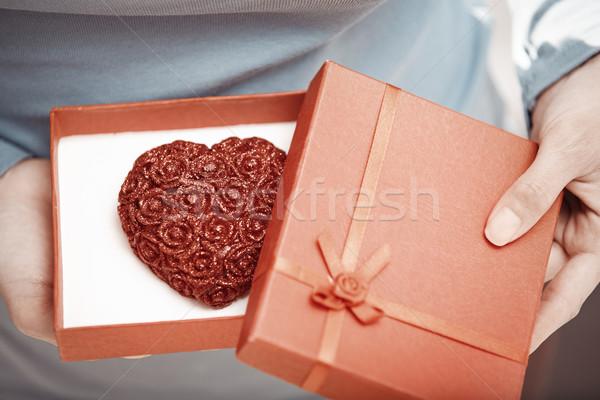 Hediye sevmek eller kadın açılış hediye kutusu Stok fotoğraf © Novic