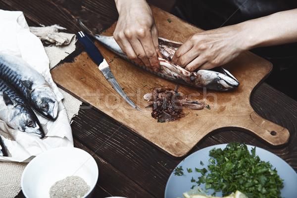Vrouw makreel vis keuken tabel vissen Stockfoto © Novic