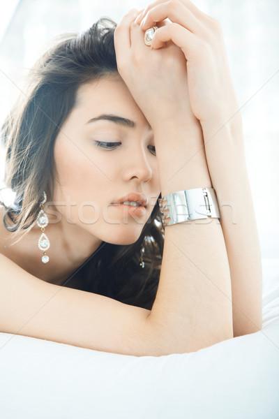 ékszerek barna hajú hölgy fektet ágy nő Stock fotó © Novic