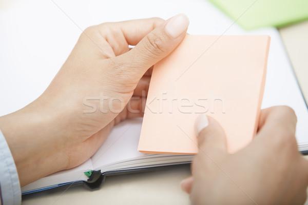 Różowy przyczepny Uwaga ręce karteczkę Zdjęcia stock © Novic