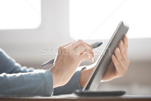 Dijital tablet pikap iğnesi eller insan kadın Stok fotoğraf © Novic