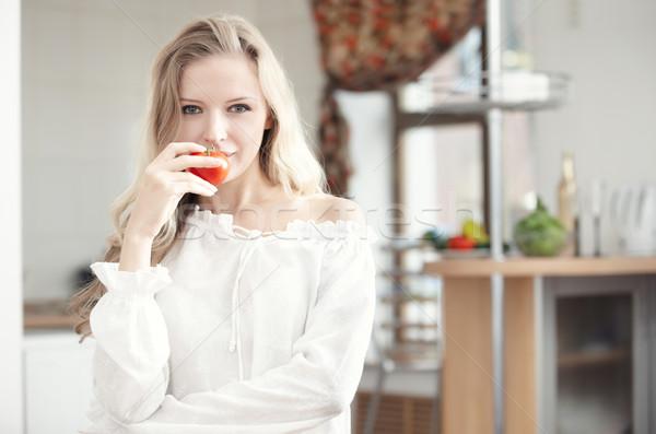 食事の ブロンド 女性 トマト キッチン ストックフォト © Novic