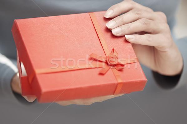 Hediye kutusu eller kadın açılış kırmızı el Stok fotoğraf © Novic