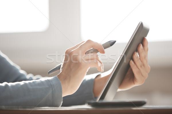 Digitale tablet ontwerper handen werken Stockfoto © Novic