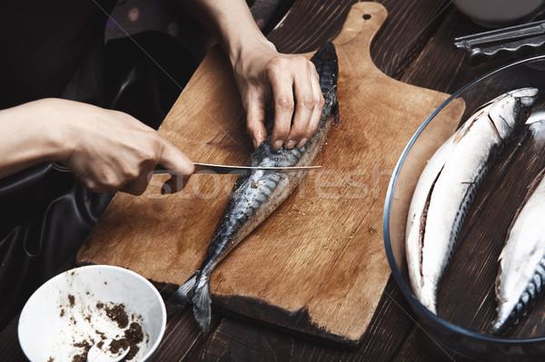 Vrouw makreel vis keuken schoonmaken peper Stockfoto © Novic