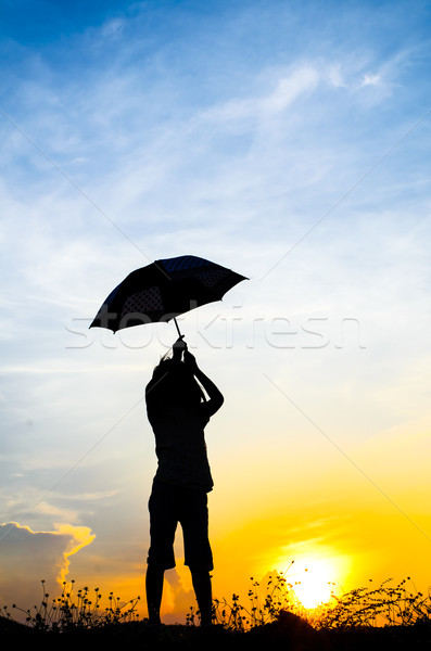 Springen paraplu meisje zonsondergang silhouet Stockfoto © nuiiko
