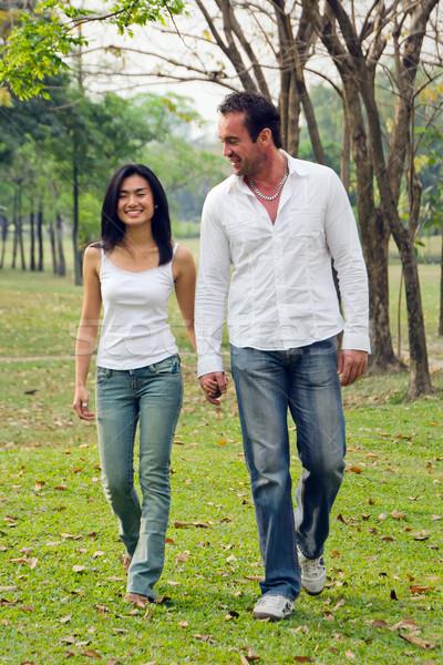 молодые пары ходьбы стороны улыбка парка Сток-фото © nuttakit