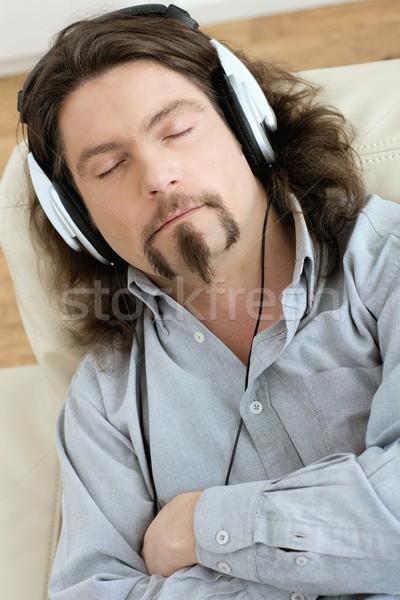 Stok fotoğraf: Adam · dinleme · müzik · gündelik · kanepe · oturma · odası